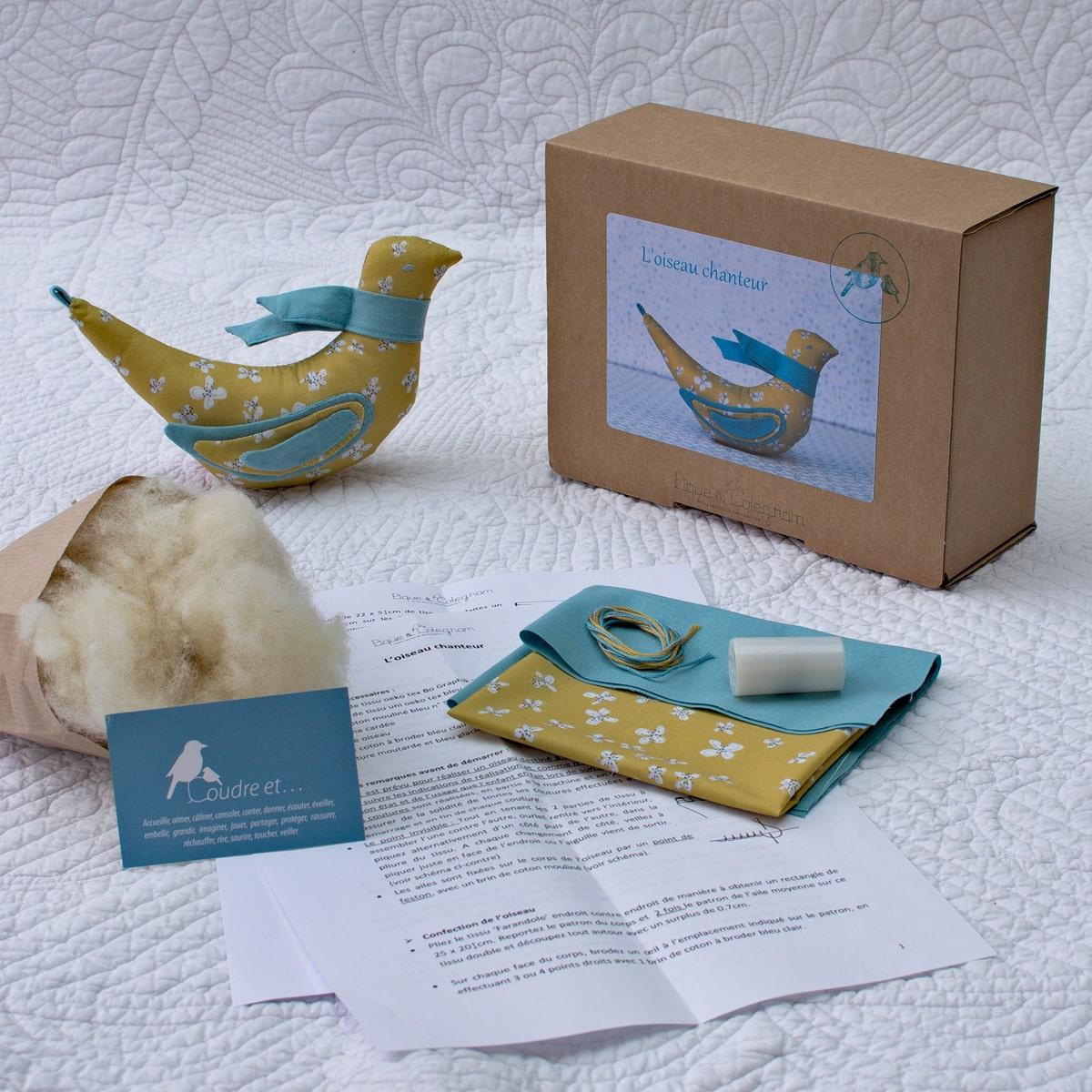 kit de l'oiseau chanteur à réaliser comme jeu d'éveil ou pour la décoration, à partir de tissus oeko-tex, laine cardée et bruitage oiseau