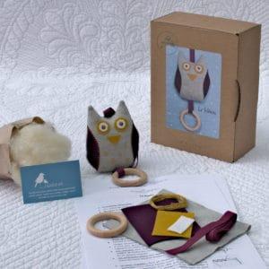 kit couture permettant de réaliser le hibou, un jouet d'éveil en matières naturelles