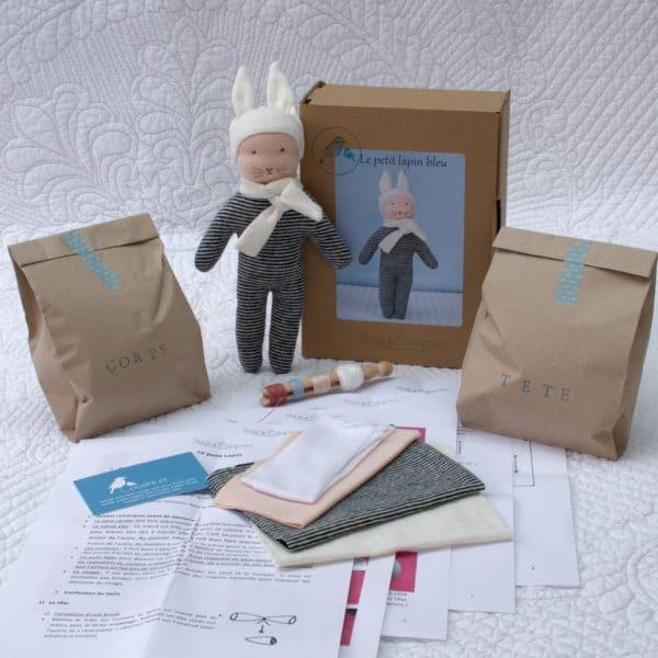 kit doudou lapin bleu à réaliser à partir de matières écologiques, selon la technique de modelage de tête des poupées Waldorf