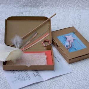 kit couture pour réaliser une baguette magique à partir de feutrine de laine , tissu oeko-tex, rubans, plume, baton de bois