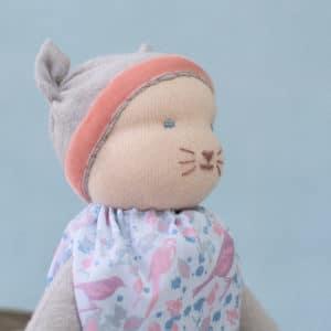 petite souris grise présentant un modelage de tête selon la technique des poupées Waldorf