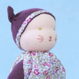 kit petite souris prune présentant un modelage de tête selon la technique des poupées Waldorf