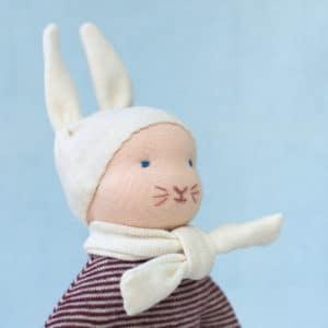 Petit lapin rouge, un doudou à faire soi-même présentant un modelage de tête selon la technique des poupées Waldorf
