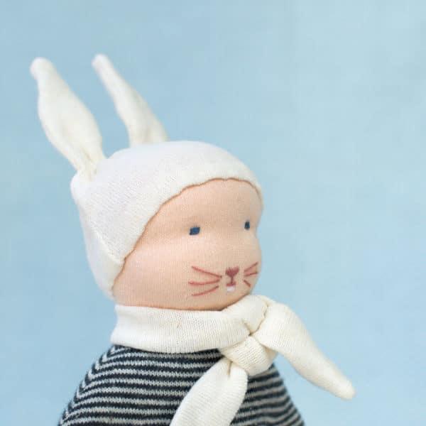 petit lapin bleu, un doudou à faire soi-même présentant un modelage de tête selon la technique des poupées Waldorf
