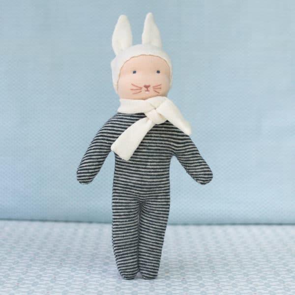 petit lapin bleu, un doudou d'inspiration Waldorf à faire soi-même