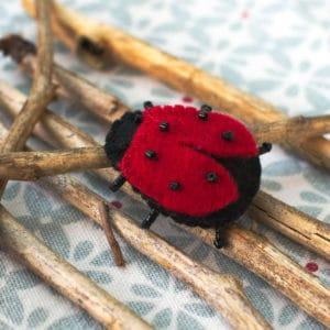 La coccinelle, kit à coudre en feutrine de laine, laine cardée et perles Miyuki