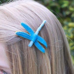 la libellule bleue portée dans les cheveux