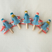 les 5 demoiselles, guirlande à faire soi-même, permettant la fixation de petits objets et petits mots