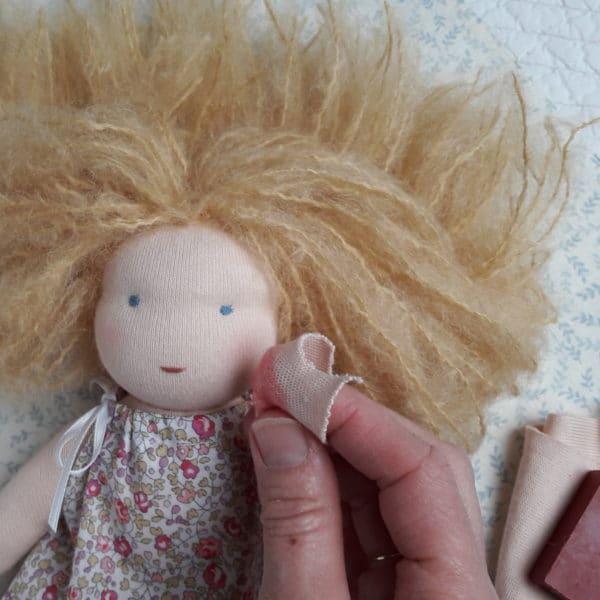 Farder les joues d'une poupée Waldorf