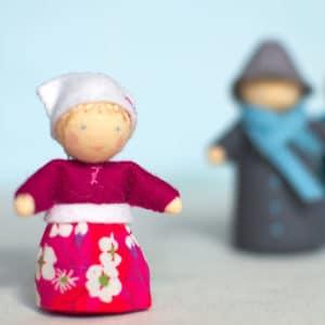 Lena, petit personnage Waldorf en feutrine de laine, laine cardée, perles de bois, tissu Liberty