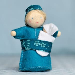 Olga et son bébé, petits personnages Waldorf à réaliser à partir de feutrine de laine, laine cardée, perles de bois, biais Liberty