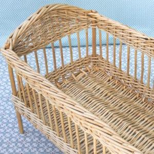 le lit en osier pour poupée Waldorf