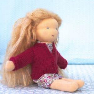 Passiflore, poupée Waldorf à faire soi-même, habillée avec une robe en Liberty et le gilet tout doux en mérinos