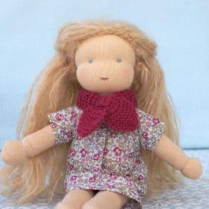 Passiflore, poupée waldorf à faire soi-même, habillée d'une robe en Liberty et de l'écharpe croisée en mérinos