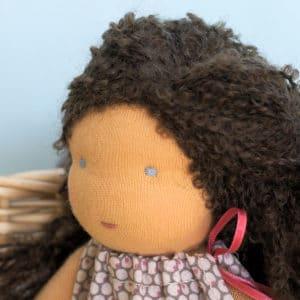 Marjolaine, poupée Waldorf aux cheveux bouclés réalisés avec la laine Dolly Mo