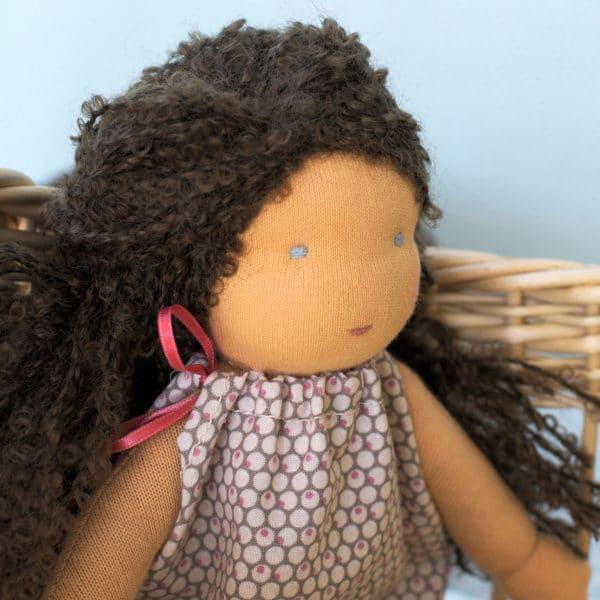 Marjolaine, poupée Waldorf à réaliser à partir de matières de qualité et d'explications détaillées