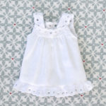 la chemise de nuit à faire soi-même pour une poupée Waldorf 23cm de Pique & Colegram