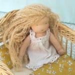 chemise de nuit pour poupée waldorf Pique & Colegram