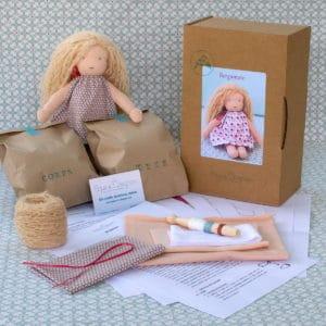 kit Bergamote pour réaliser une poupée Waldorf de 23cm aux cheveux longs bouclés