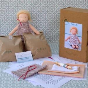 kit Camomille permettant de réaliser une poupée Waldorf de 23cm aux cheveux courts brossés