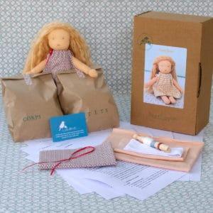 kit Passiflore contenant des matières oeko-tex et des explications pour réaliser une poupée Waldorf de 23cm