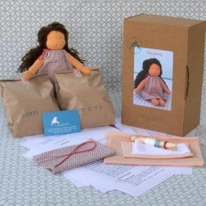 kit Marjolaine contenant le nécessaire pour réaliser une poupée Waldorf de 23cm aux cheveux longs bouclés