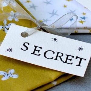 détail de la pochette souvenirs à faire soi-même à partir de tissu oeko-tex Bo Graphik, ruban mousseline et étiquette