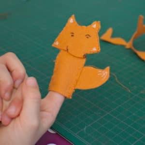 renard en feutrine réalisé par un enfant en atelier