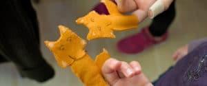 enfants montrant leur marionnette renard réalisée en atelier