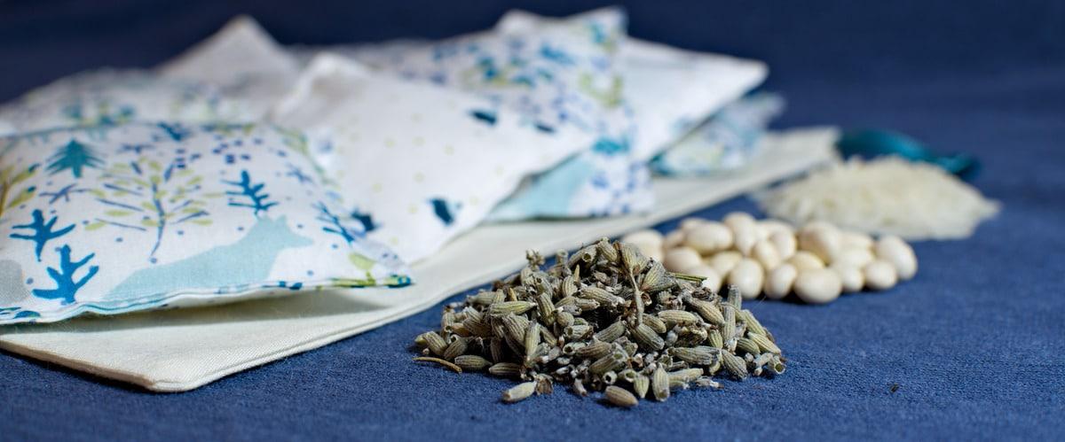 coussins sensoriels d'inspiration Montessori à faire soi-même et exemples de matières utilisables: riz, lavande, haricots