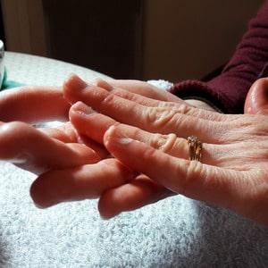 geste de frottement à l'eau et au savon pour façonner une boule en laine feutrée