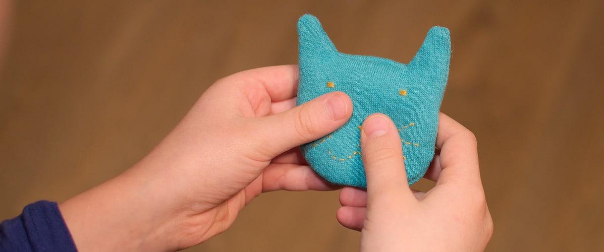 un modèle parmi nos kits de bouillottes: le chat chauffe-mains