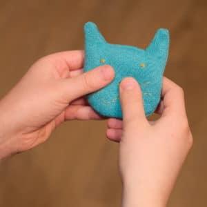 chat chauffe-mains, mini bouillotte à réaliser soi-même pour réchauffer les mains d'un enfant