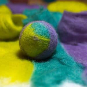 laine cardée permettant de réaliser, par exemple, une balle feutrée