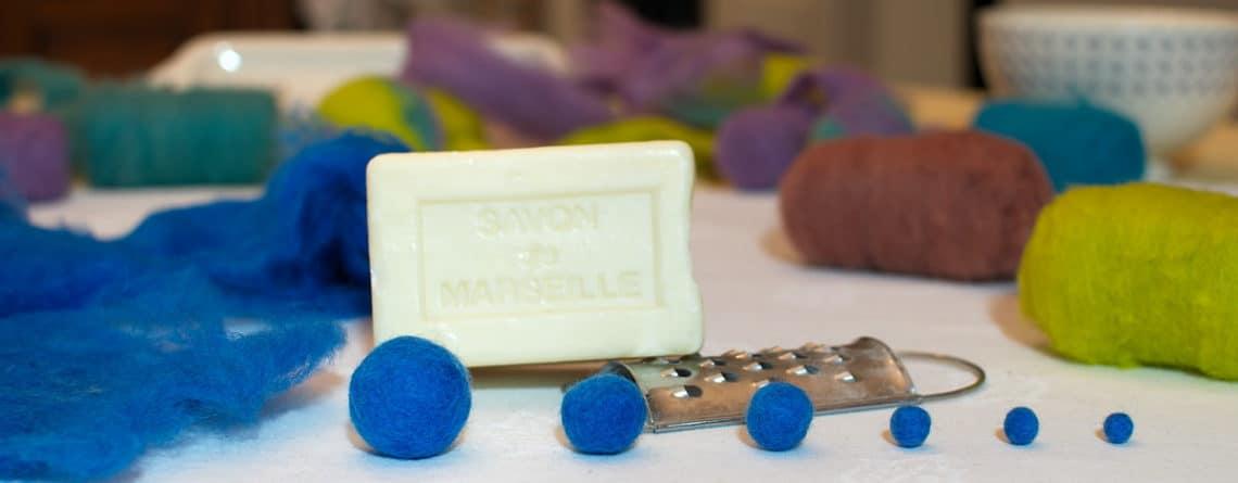 boules en laine feutrée fabriquées à partir de laine cardée, d'eau et de savon