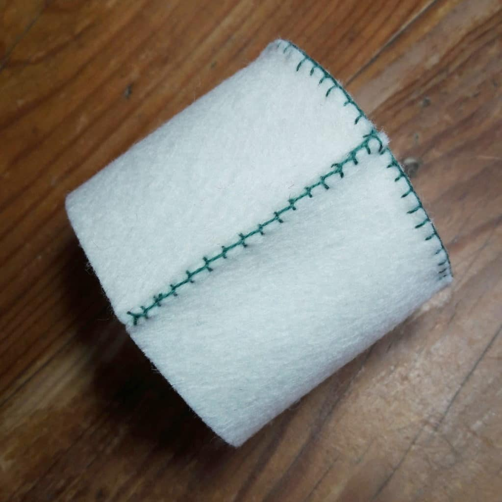 détail du point de feston sur un cache-pot en feutrine de laine à réaliser soi-même