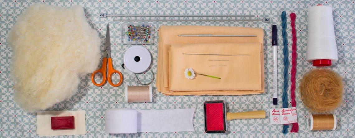 matières et outils pour réaliser une poupée Waldorf