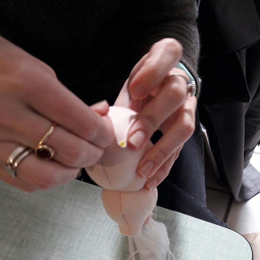couture de la tête lors de l'atelier Petit Lapin chez mua