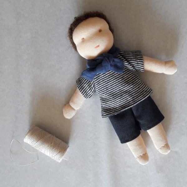 L'ensemble Charlie, un kit permettant de réaliser un short, un haut et une écharpe pour les poupées 23cm de Pique & Colegram