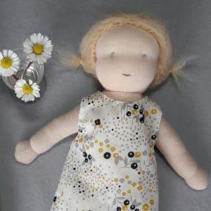 Camomille, poupée Waldorf réalisée par Pique & Colegram