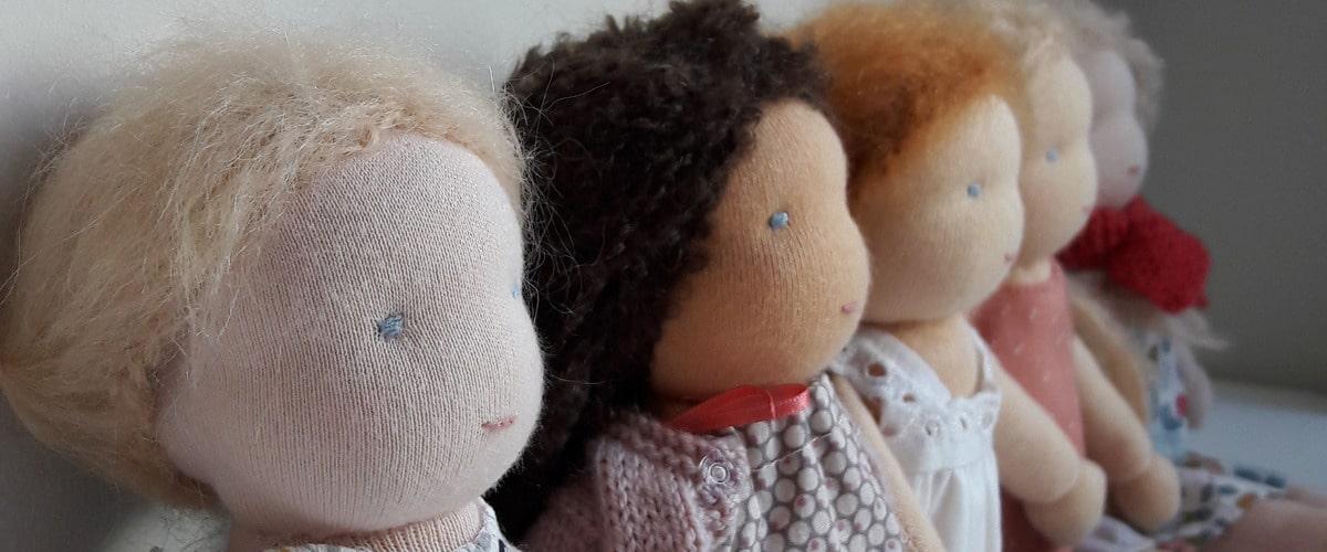 Les kits de poupées Waldorf réalisables à la maison ou en stage de confection d'une poupée Waldorf