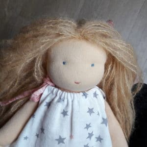 Violette poupée Waldorf réalisée par Pique & Colegram