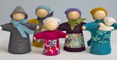 l'atelier anniversaire de Larra, des petites poupées à coudre entre amies...
