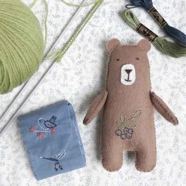 Arsène, un ours en feutrine de laine