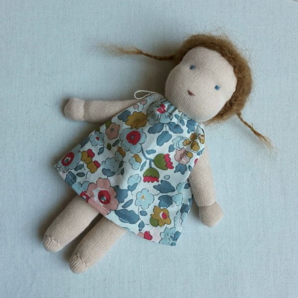 Petite Centaurée, un kit Pique & Colegram permettant de réaliser une mini poupée Waldorf