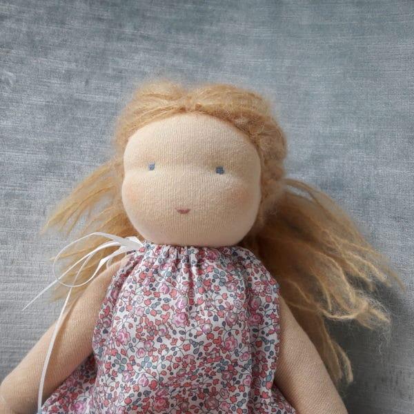 Violette, poupée Waldor fpar Pique & Colegram/stage poupée Waldorf chez Pique & Colegram permettant de réaliser ensemble une poupée Waldorf comme par exemple la poupée Violette