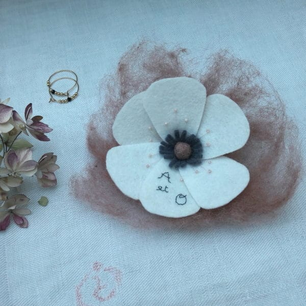 Fleur brodée des jolis jours couleur rose ancien