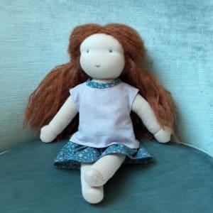 L'ensemble Rose, des vêtements Pique & Colegram pour poupées Waldorf